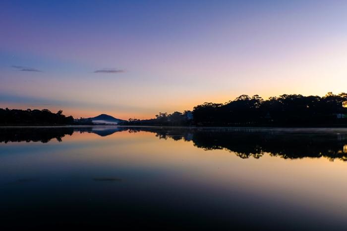 Bình minh hồ Xuân Hương