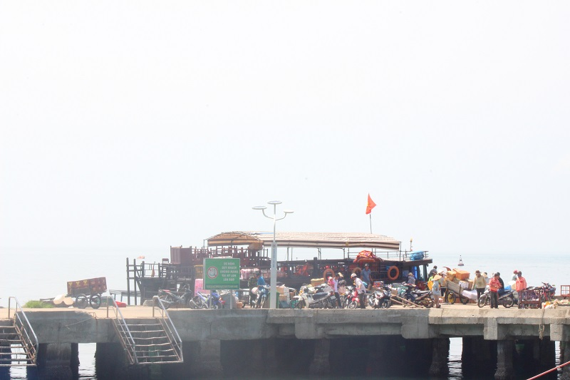 Tàu chợ đi Cù Lao Chàm đang cập cảng Cù Lao Chàm