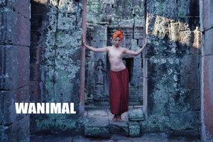 Một du khách Trung Quốc để ngực trần chụp hình tại Angkor Wat