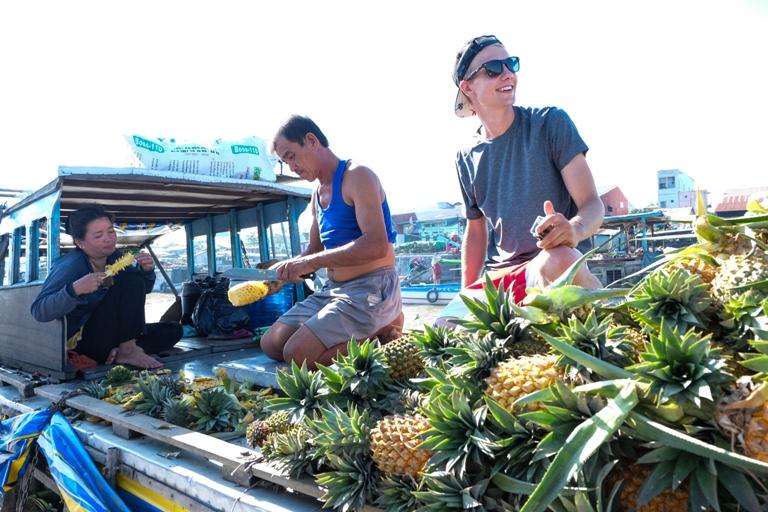 Thuyền bán trái cây ở Cái Răng