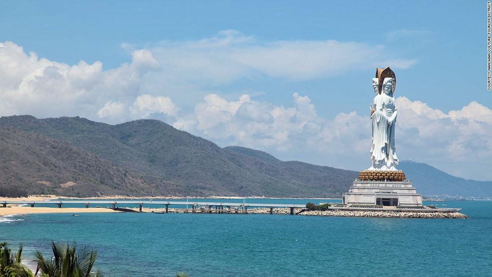Bức tượng Quan Thế Âm Bồ Tát cao 108 m hoàn thành năm 2005 là một trong những bức tượng cao nhất thế giới.