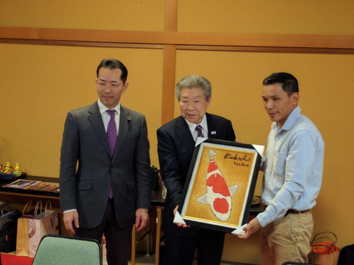 Đại diện đoàn tặng quà cho đại diện thành phố Ojiya