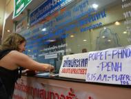 Hành khách mua vé xe bus Bangkok - Phnôm Pênh