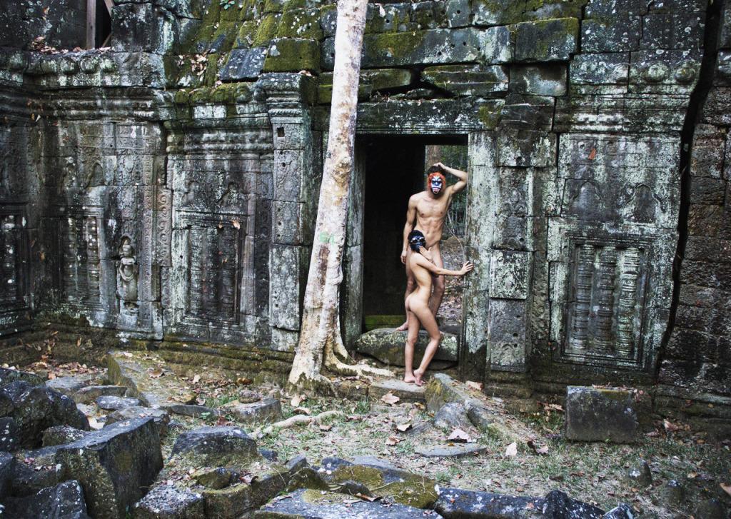 Hai du khách người Đức chụp hình nude tại Angkor Wat