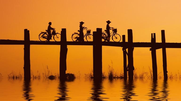 Cầu gỗ Ubein trong ánh hoàng hôn