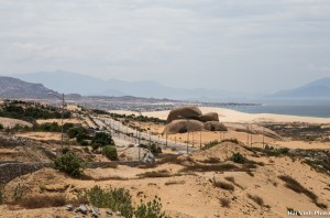 Băng qua những cồn cát vắng lặng và bỏng rát