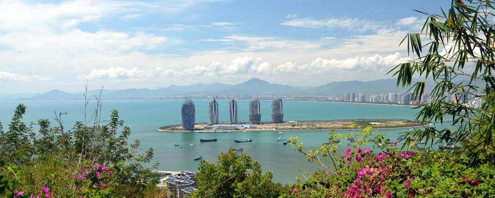 Từ Việt Nam, du khách có thể dễ dàng đến Tam Á bằng đường hàng không bay trực tiếp từ Hà Nội, TP.Hồ Chí Minh, Đà Nẵng)