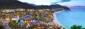 Du khách có thể dễ dàng tìm thấy các khách sạn, resort cao cấp khi đến với Tam Á. Các hệ thống khách sạn nổi tiếng như  Marriot, Resort Horizon, Intercontinental đều đã có mặt ở đây.