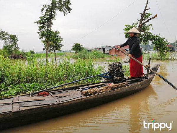 Một chiếc xuồng của cô gái Chăm trên đường vào làng Chăm Đa Phước