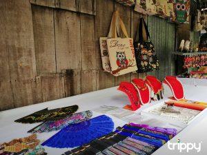 Các món đồ thủ công tinh tế được bày bán trong làng Đa Phước