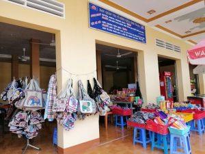 Có thể tranh thủ mua các món đồ lưu niệm được bán ngay tại chùa