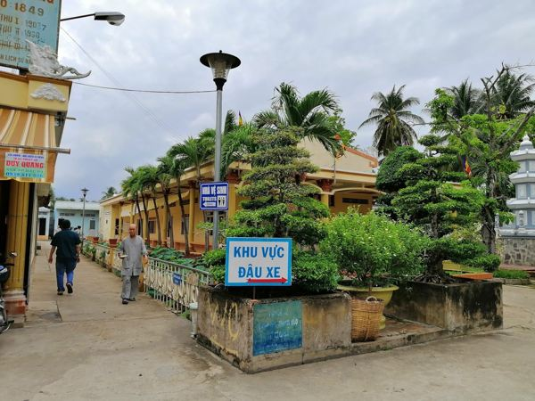 Khu vực đậu xe ở chùa Vĩnh Tràng