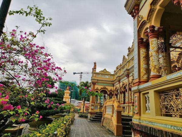 Các chi tiết của chùa được chạm trổ công phu