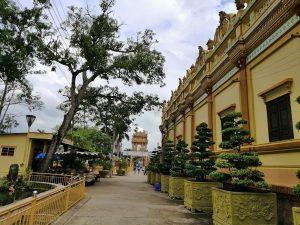 Kiến trúc giao thoa văn hóa Đông - Tây, tạo cho chùa một không gian vừa cổ kính vừa hiện đại