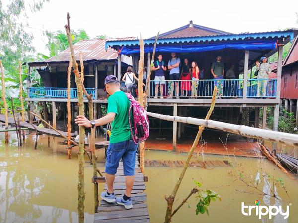 Chiếc cầu gỗ đặc trưng từ bến sông để đi lên một ngôi nhà sàn
