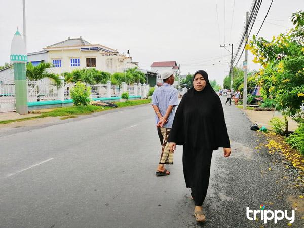 Trên đường đến thánh đường Masjid Al-Ehsan ở làng Chăm Đa Phước