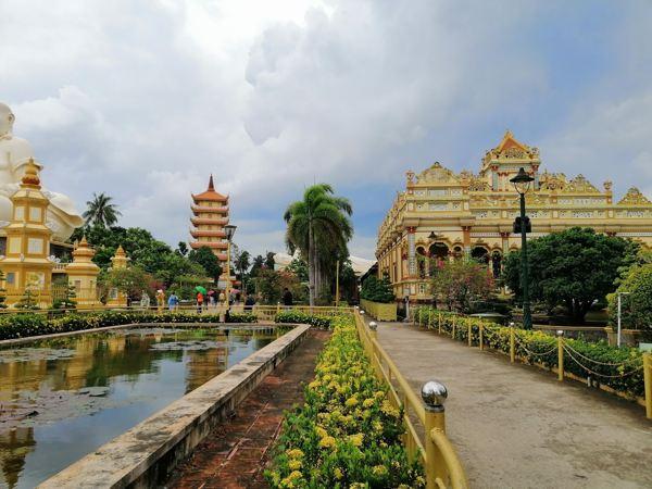 Trong khuôn viên chùa Vĩnh Tràng