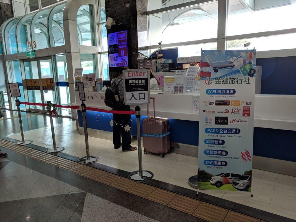 Quầy nhận thiết bị phát wifi ở sân bay Cao Hùng