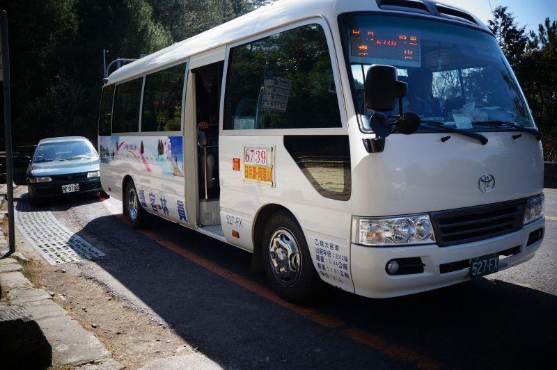 Di chuyển bằng xe bus ttừ Hồ Nhật Nguyệt đi Alishan