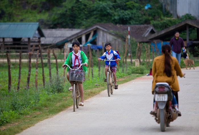 Các bạn nhỏ đạp xe đi học vào sáng sớm