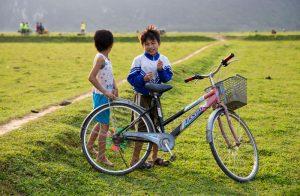 Những đứa trẻ hồn nhiên ở Tân Hóa